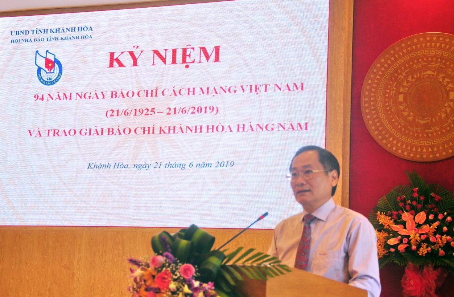 Ông Nguyễn Đắc Tài, Phó Chủ tịch Thường trực UBND tỉnh Khánh Hòa phát biểu chào mừng, ghi nhận công lao đóng góp của báo chí