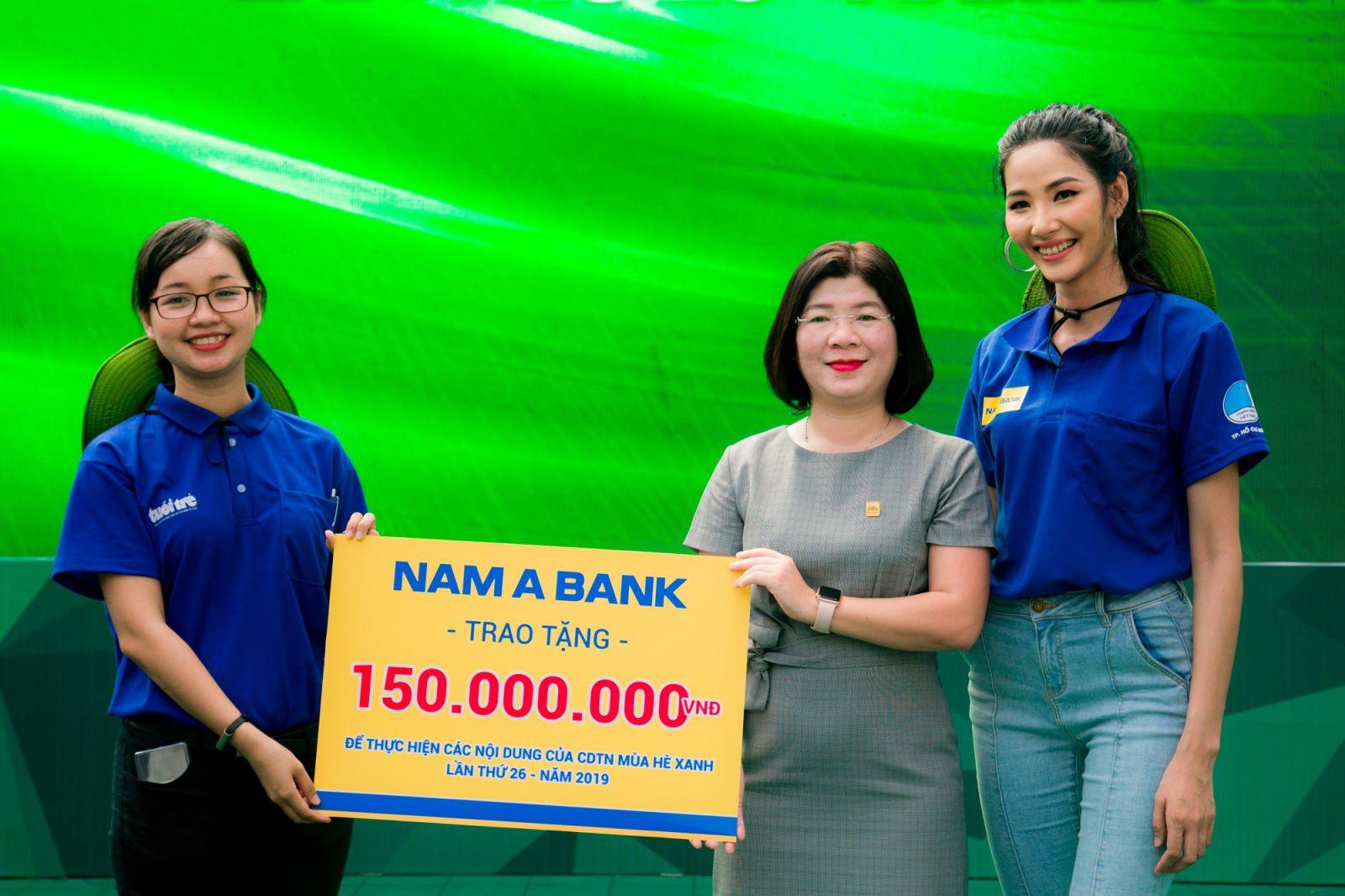 Đại diện Nam A Bank và Á hậu Hoàng Thùy trao tặng 150 triệu đồng cho Đoàn thanh niên TP HCM thực hiện các hoạt động ý nghĩa trong chiến dịch tình nguyện Mùa hè xanh lần thứ 26.