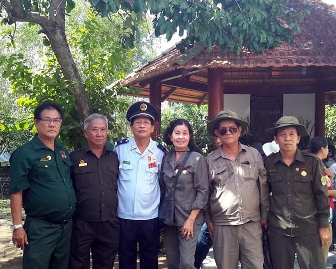 Ban Tổ chức và ban hậu cần của buổi Lễ.  Ông Vũ Đức Hân nguyên CCB Sư Đoàn 7 ( thứ 3, bìa trái) Bà Nguyễn Thị Tuyết, TNXP Liên đội 303 ( giữa) và các TNXP .