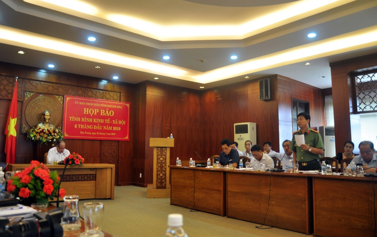 Đại diện Lãn đạo Công An Khánh Hòa báo cáo về tinh hình bảo vệ an ninh chính trị, trật tự an toàn xã hội
