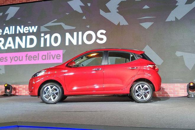 Về thiết kế, mẫu ô tô thế hệ mới này của Hyundai có nhiều thay đổi so với phiên bản trước đó như: Đường gân dập nổi trên nắp ca-pô, hai dải đèn LED định vị ban ngày, đêm hình móc câu được thiết kế gắn thẳng vào cạnh của mặt ca-lăng, đèn pha Projector, tay nắm cửa mạ crôm.