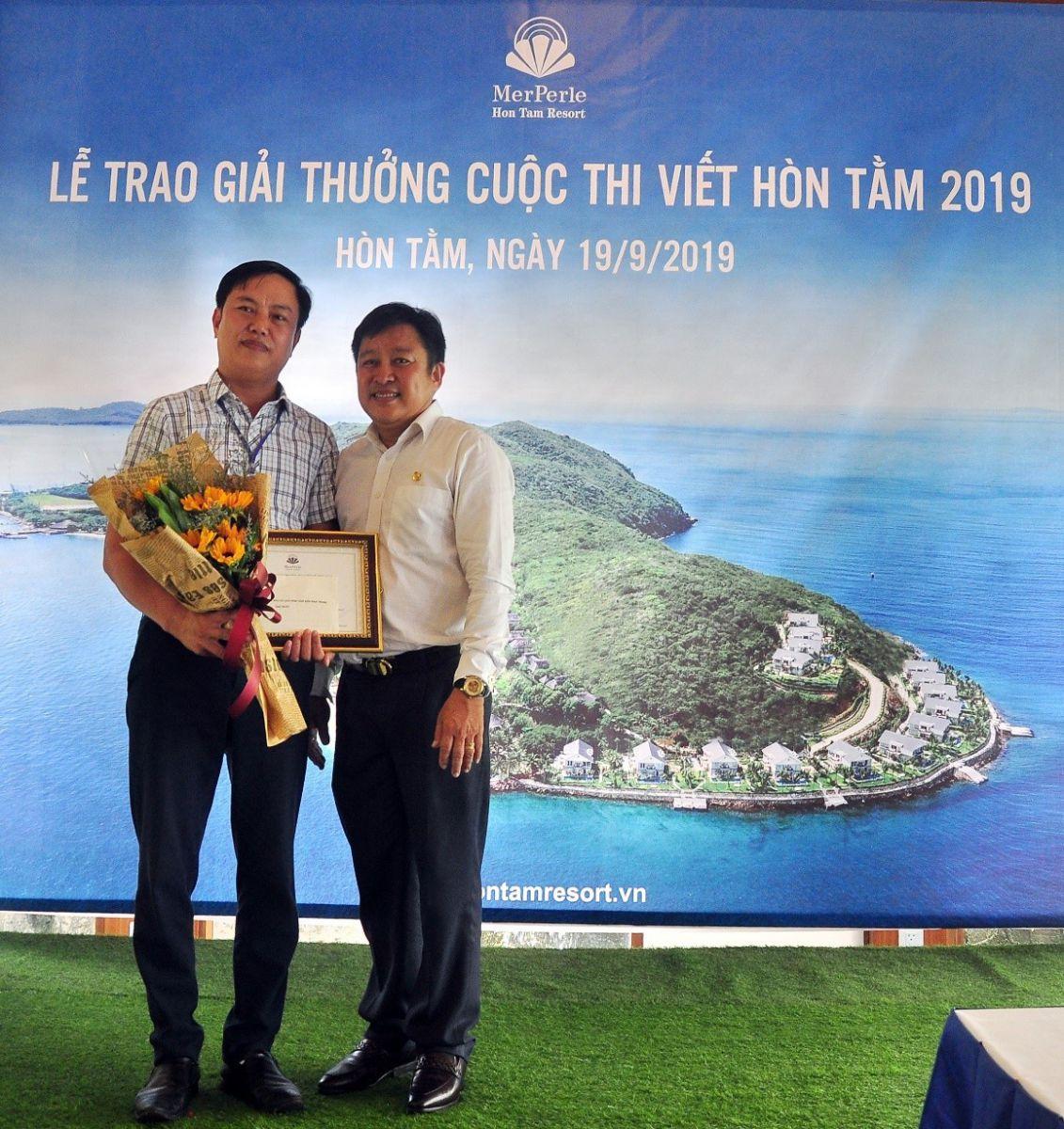 Ông Phạm Minh Nhựt, Tổng Giám đốc CTY CP BIỂN HÒN TẰM Nha Trang (bìa phải) trao giải Nhất cho nhà báo Văn Hạnh PVTT Báo Quân Đội Nhân Dân