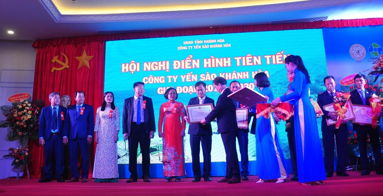 Ông Nguyễn Tấn Tuân, P.Bí Thư Tỉnh Ủy, Chủ tịch UBND tỉnh Khánh Hòa tặng Bằng khen UBND tỉnh cho các cá nhân