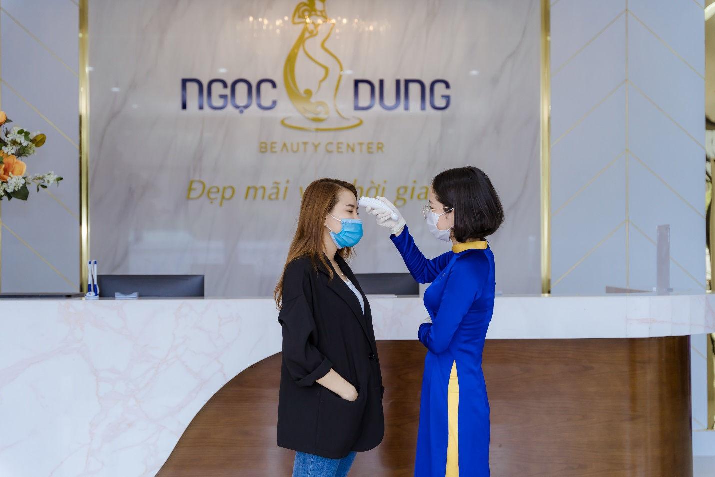 Khách hàng bắt buộc thăm khám bằng việc sát khuẩn, đo thân nhiệt, phát khẩu trang,  lấy thông tin tờ khai y tế.