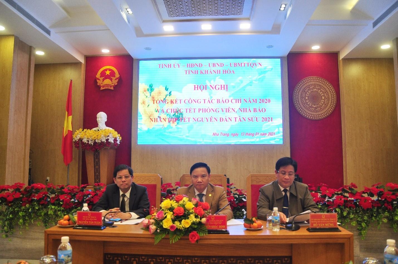 Chủ trì Hội nghị các ông:  Nguyễn Tấn Tuân , Chủ tịch UBND tỉnh (bìa trái), ông Nguyễn Khắc Định, Bí Thư Tỉnh Ủy, ông Hồ Văn Mừng, Trưởng ban Tuyên Giáo Tỉnh Ủy (bìa phải)