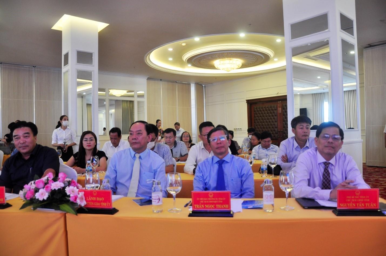 Các ĐC lãnh đạo tỉnh Khánh Hòa dự họp báo ( bìa phải ) Ông Nguyễn Tấn Tuân, P.Bí Thư Tỉnh Ủy, Chủ Tịch UBND tỉnh Khánh Hòa