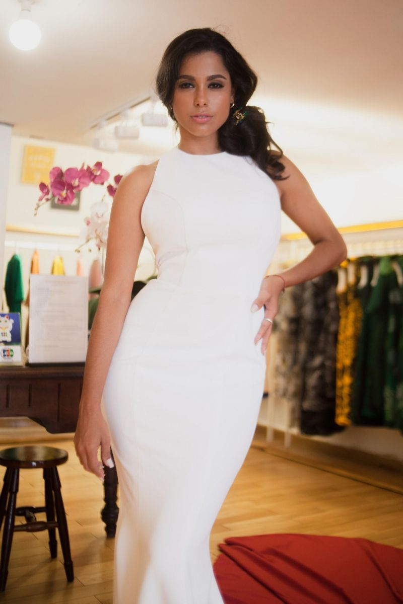 Lisandra Delgado Napoles kiêu kỳ trong thiết kế đầm trắng muốt, bó sát cơ thể làm tôn lên những đường cong quyến rũ.