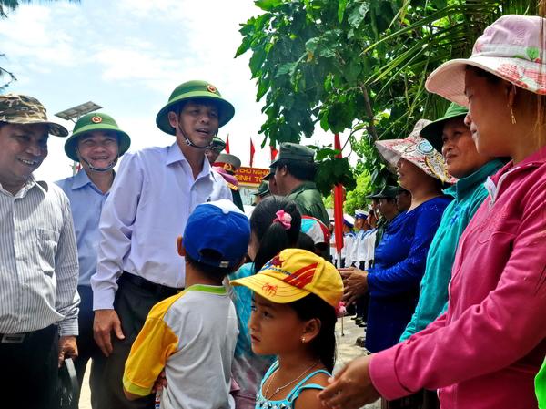 Đoàn CB lãnh đạo tỉnh Khánh Hòa thăm quân dân huyện đảo Trường Sa  Ông Nguyễn Tấn Tuân, Phó Bí Thư Thường Trực Tỉnh Ủy thăm đảo Song Tử Tây - Trường Sa.