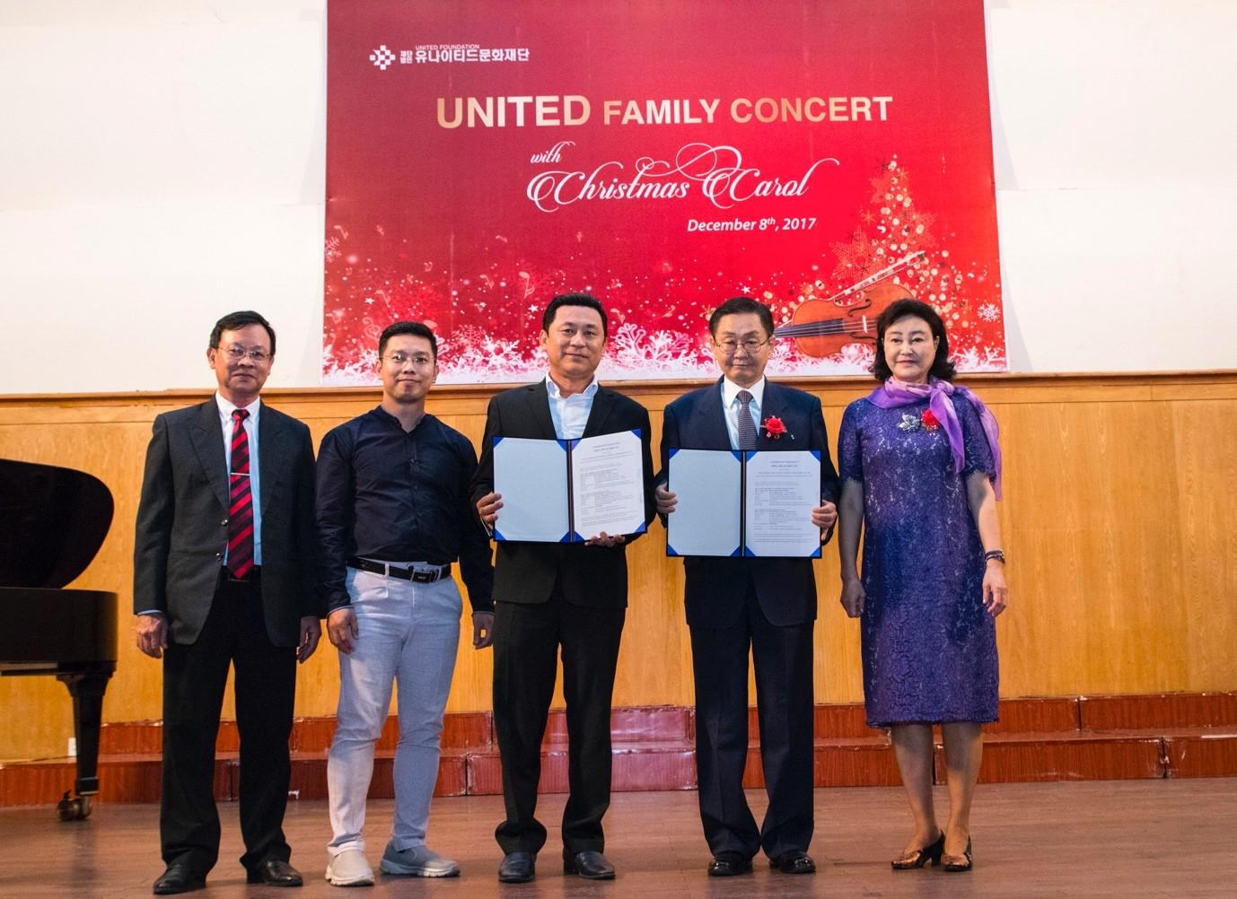 Ông  ông Kang Duk-Young (thứ 2 từ phải qua) - Chủ tịch Công ty Korea United Pharm Nghệ sĩ ưu tú Tạ Minh Tâm  (thứ 3 từ trái qua) kí thoả thuận thành lập dàn hợp xướng United Youth Harmony Choir