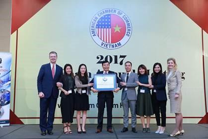 Đại Sứ Daniel J. Kritenbrink (Ngoài cùng bên trái); Ông Lê Linh – Phó Tổng Giám đốc Phụ Trách Đối ngoại và Truyền thông Suntory PepsiCo Việt Nam (thứ tư bên tay trái) tại lễ trao Giải thưởng Amcham CSR 2017
