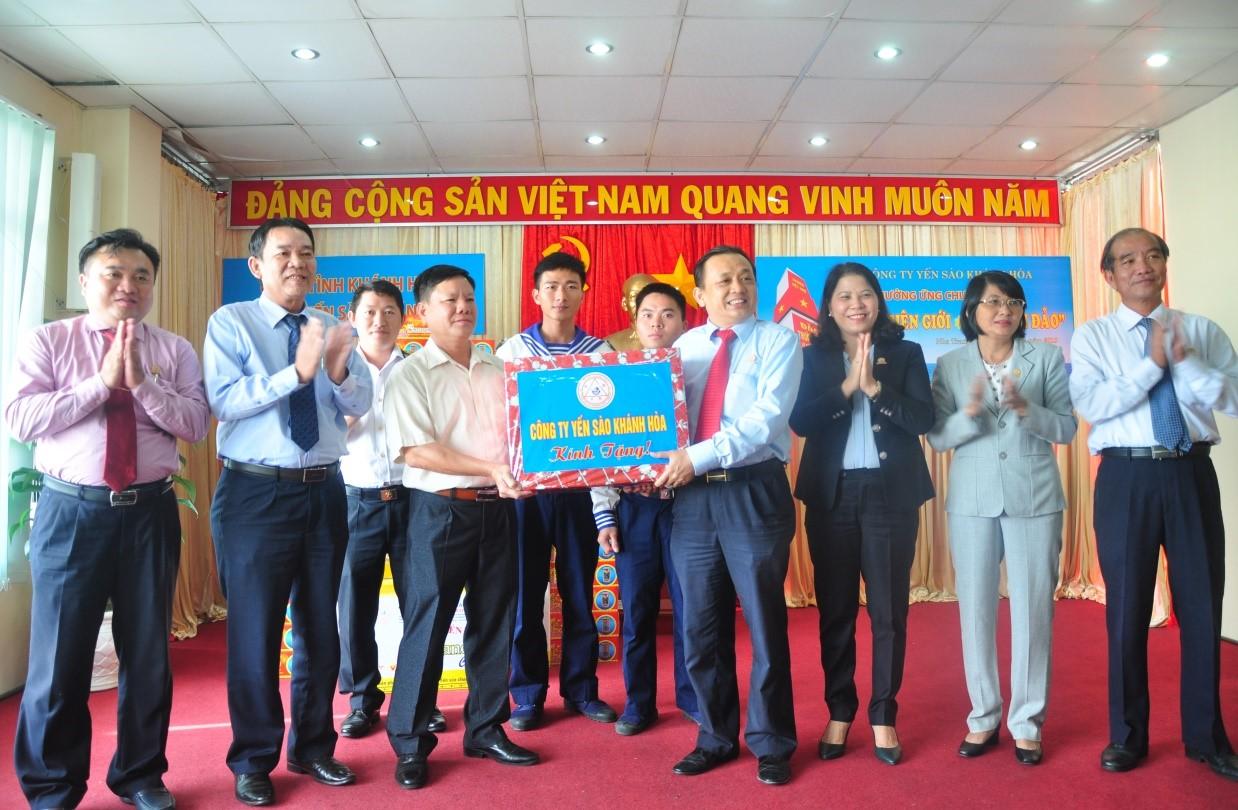 Ông Lê Hữu Hoàng - Chủ tịch Hội đồng thành viên Lãnh đạo Công ty Yến sào Khánh Hòa (thứ tư bìa phải) trao tặng quà đến Trường Sa