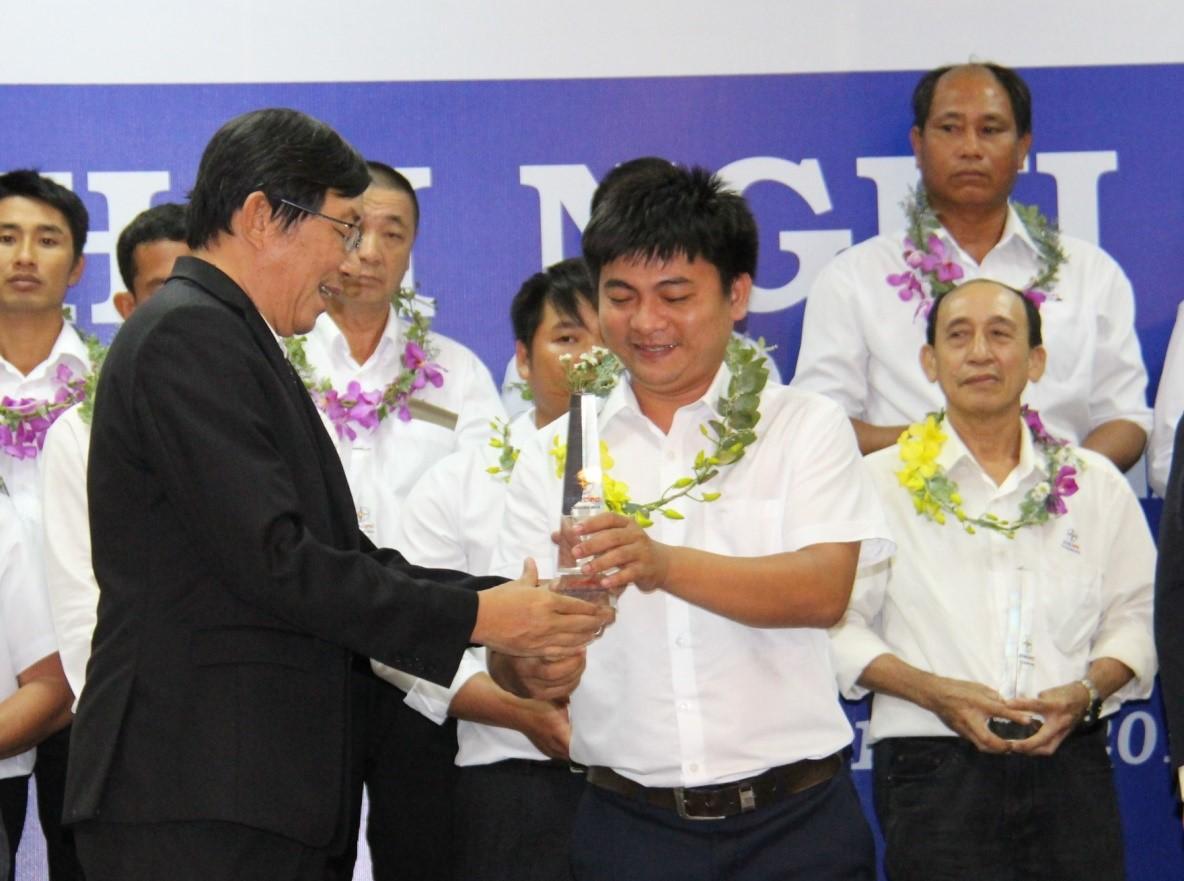 Ông Đỗ Thanh Sơn P. Tổng Giám Đốc Điện Lực Khánh Hòa trao cúp cho CNLĐ tiêu biểu