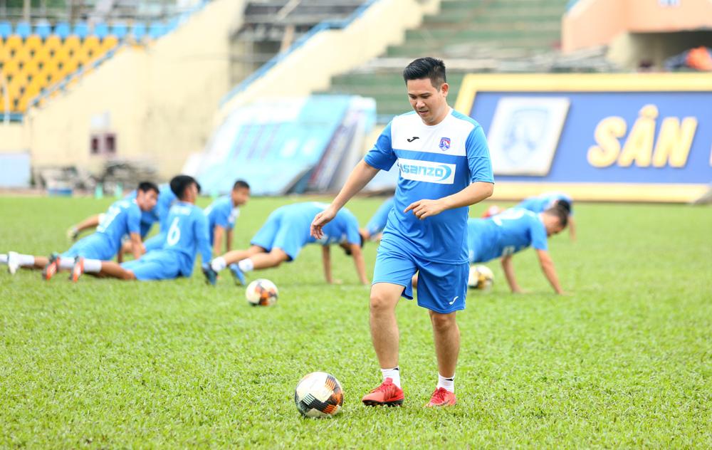 Bầu Tam muốn đến gần hơn với các cầu thủ bằng cách tham gia một buổi tập luyện cùng toàn đội. Đây là cách để ông truyền đạt triết lý làm bóng đá và lắng nghe ý kiến của họ để đưa thành tích CLB đi lên
