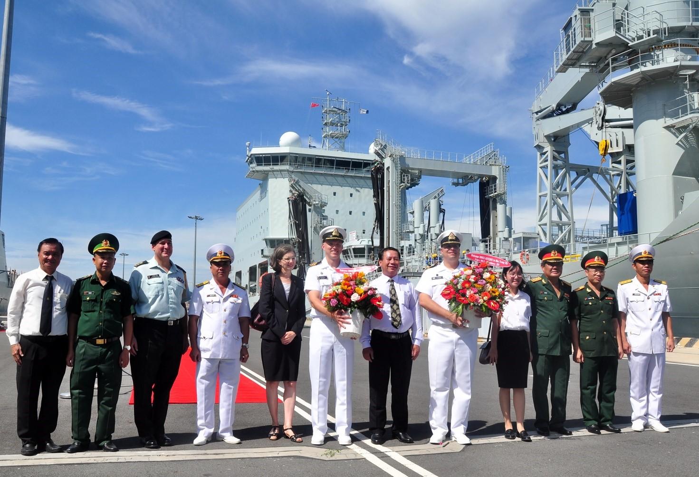 Đại diện Lãnh đạo Hải Quân Nhân Dân Việt Nam  và đại diện lãnh đạo chính quyền tỉnh Khánh Hòa chụp ảnh lưu niệm cùng Đại sứ CANADA và sĩ quan chỉ huy 2 tàu