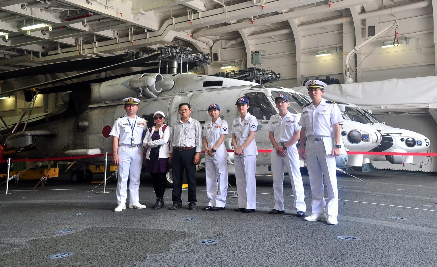 Các nhà báo Việt Nam và thủy thủ  tàu Hộ vệ IZUMO Nhật Bản bên máy bay trực thăng SH-60 K