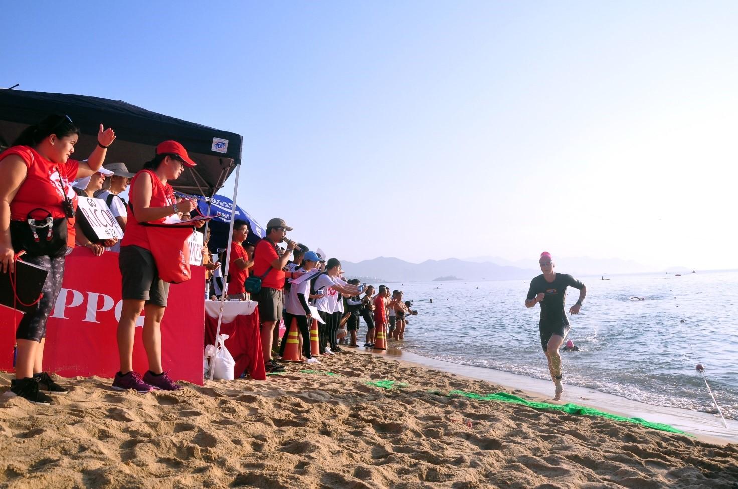 1 VĐV Nam hoàn thành phần thi bơi 1,9 km chuyển tiếp môn đua xe đạp