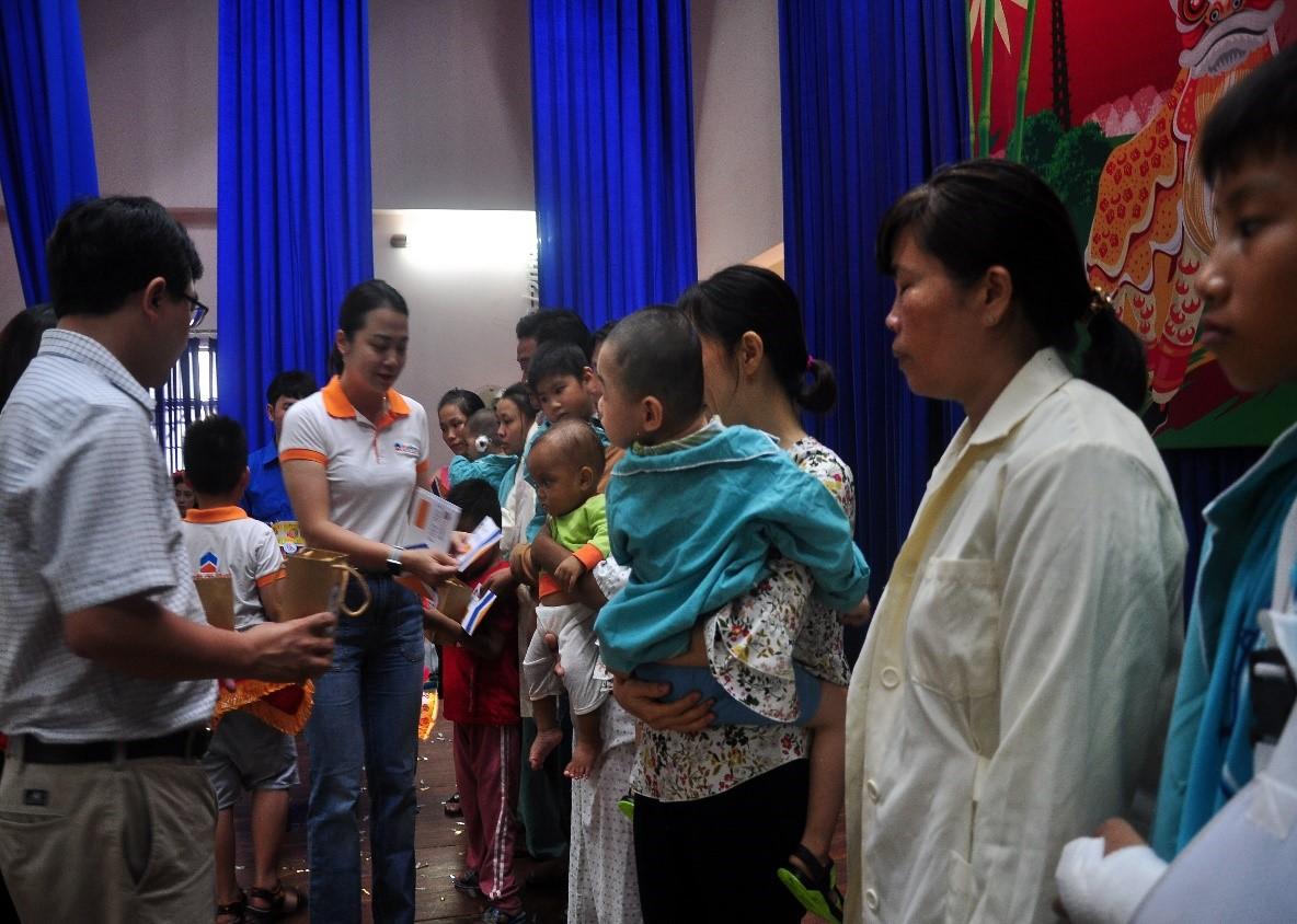 Ban Giám đốc BĐS ĐẤT VÀNG NHA TRANG tặng quà hỗ trợ bệnh nhi