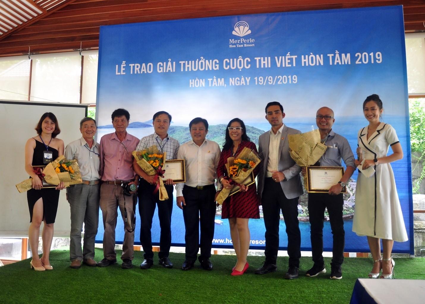 Các tác giả đạt giải và Ban lãnh đạo CTY CP Hòn Tằm Biển Nha Trang, BTC chụp ảnh lưu niệm