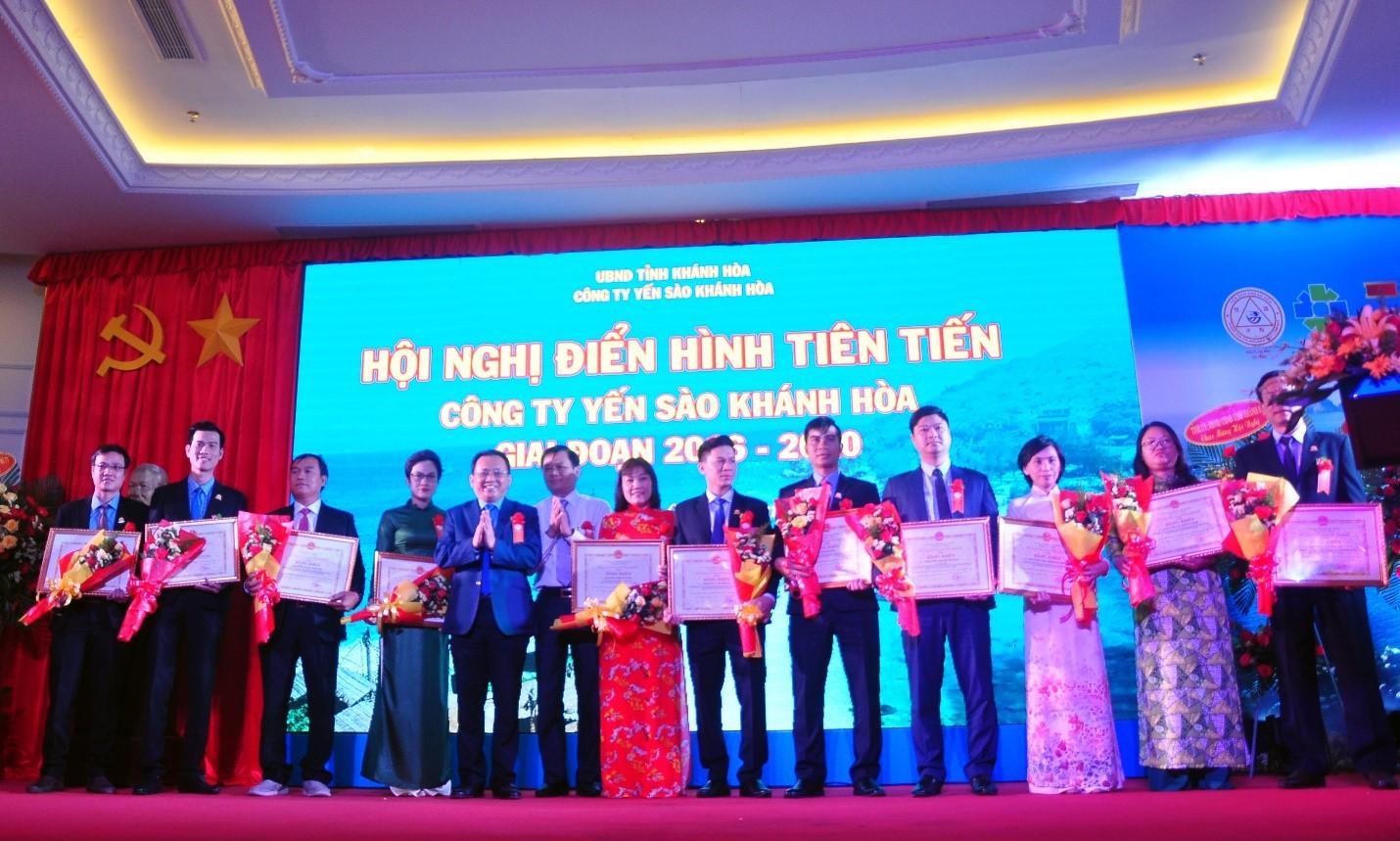 Ông Lê Hữu Hoàng, Phó Chủ tịch UBND tỉnh Khánh Hòa tặng Bằng khen của UBND tỉnh Khánh Hòa cho các cá nhân