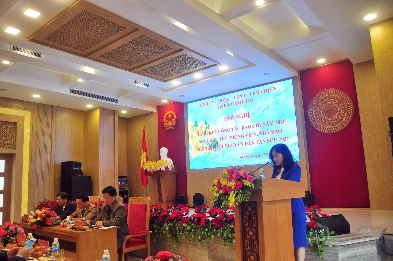 Bà Lưu Hồng Vân, Phó Trưởng ban Tuyên giáo Tỉnh ủy Khánh Hòa trình bày báo cáo tóm tắt kết quả hoạt động báo chí năm 2020