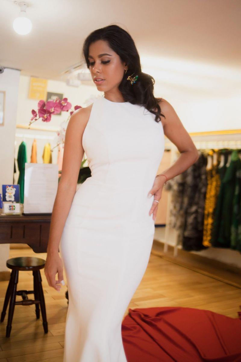 Vẫn là chiếc đầm trắng của Le Soleil nhưng được cô lột tả theo một góc mặt khác, tạo nên một hình ảnh quý phái, sang trọng xứng danh đẳng cấp hoa hậu Cuba