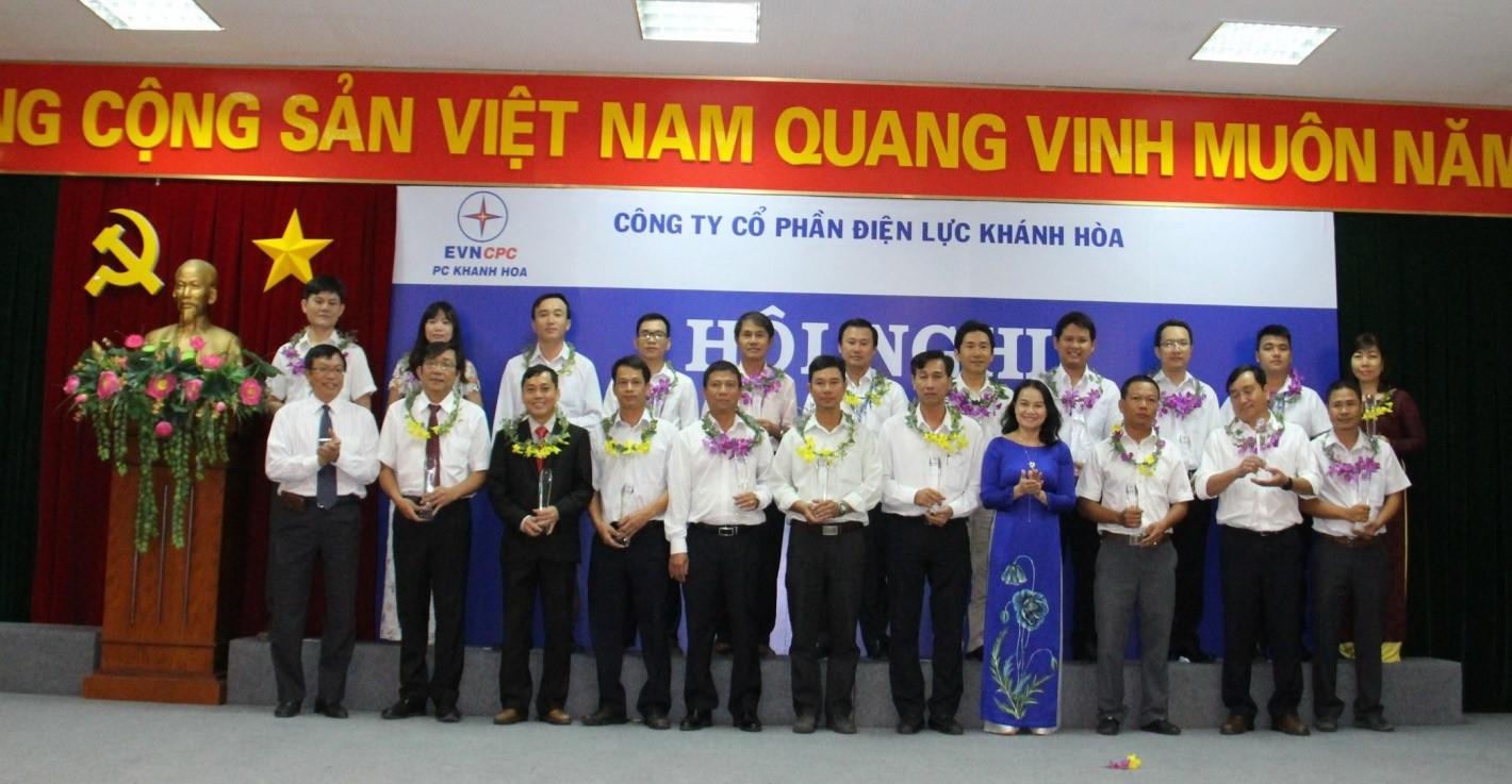 Tổng Giám đốc Điện Lực Khánh Hòa Nguyễn Cao Ký trao cúp chứng nhận Lao động sáng tạo 2017 cho các cá nhân