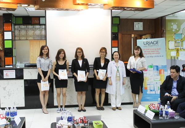 Các khách mời nhận giải trong chương trình rút thăm trúng thưởng