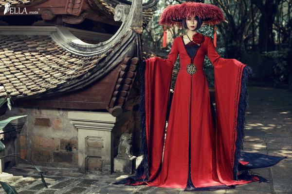 Giám Đốc Bella Moda – Lê Minh Ngân ấn tượng với bộ áo dài cách điệu lấy cảm hứng từ tà áo tứ thân phong kiến đi cùng nón quai thao, khăn xếp