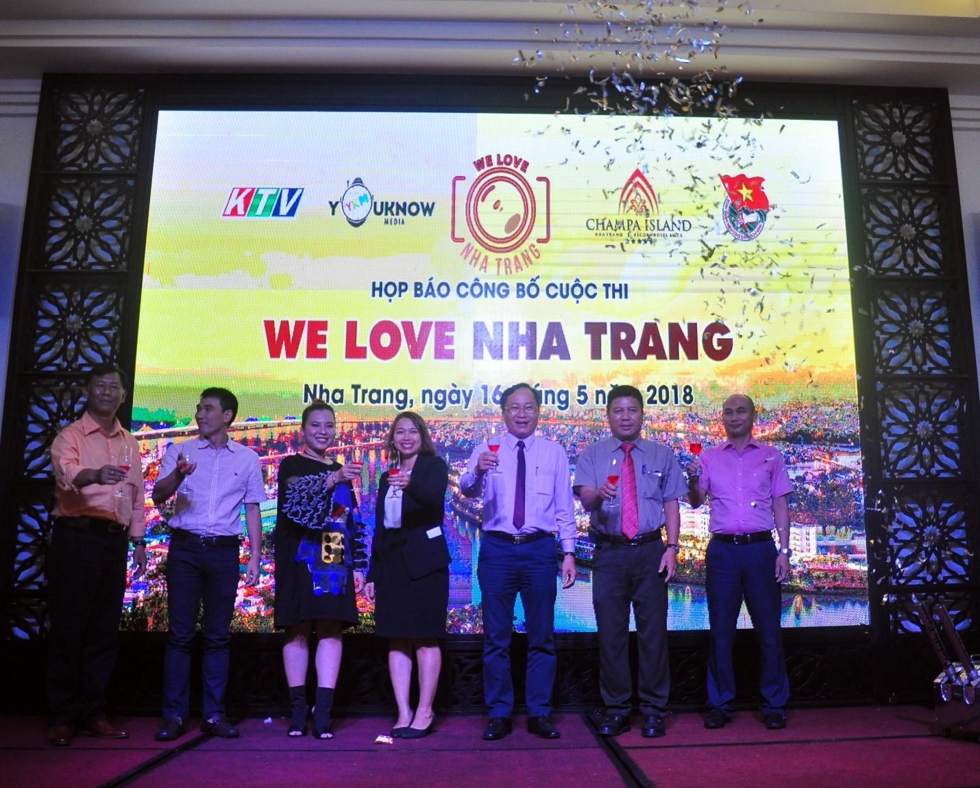 Đại diện lãnh đạo tỉnh Khánh Hòa và ban tổ chức Chúc mừng họp báo công bố cuộc thi
