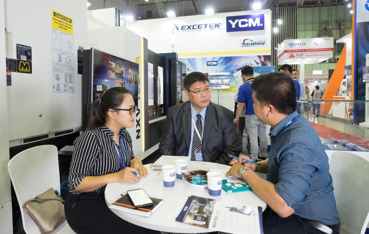 Ông Alex Wei, Bộ phận Bán hàng Quốc tế của Công ty Yoeng Chin Machinery (giữa) trao đổi với báo chí về mục tiêu hướng tới thị trường Việt Nam.