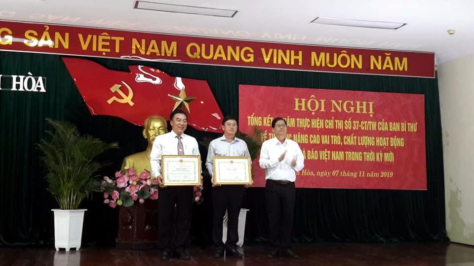 Ông Nguyễn Tấn Tuân, P.Bí Thư Thường trực Tỉnh Ủy, Chủ tịch H ĐND Tỉnh Khánh Hòa trao thưởng các Chi Hội Nhà báo có thành tích trong công tác Hội và hoạt động báo chí