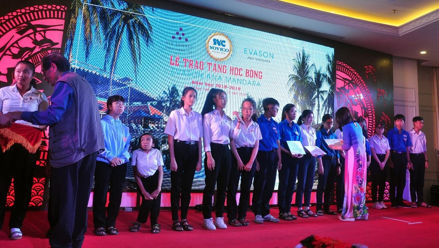 Các đại biểu khách mời trao học bổng cho học sinh.