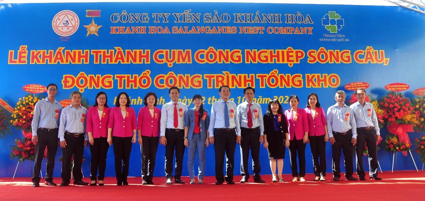Lãnh đạo Công Ty Yến Sào Khánh Hòa và lãnh đạo các đơn vị trực thuộc trong Lễ khánh thành Cụm công nghiệp Sông Cầu và động thổ khởi công xây dựng công trình Tổng kho