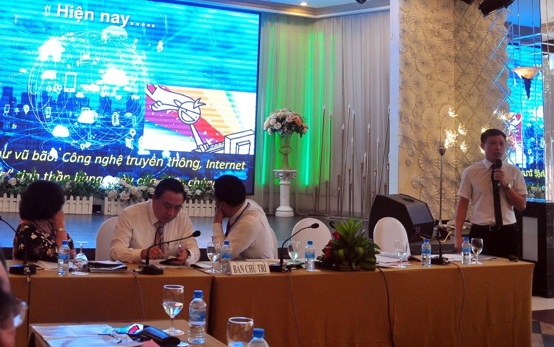 Nhà báo Nguyễn Thành Lợi, Tổng Biên tập Tạp chí Người Làm Báo – Hội Nhà báo Việt Nam trình bày tham luận tại Hội thảo