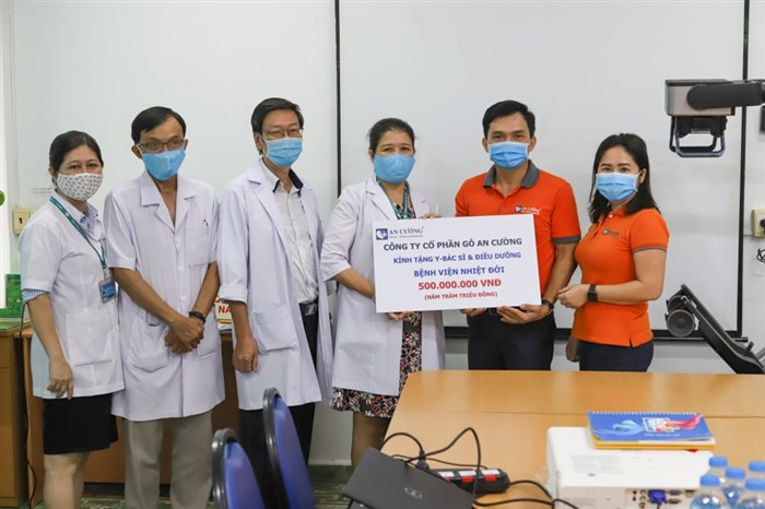 Hỗ trợ hơn 500 triệu đồng cho Y- Bác sĩ và Điều dưỡng BV Nhiệt đới