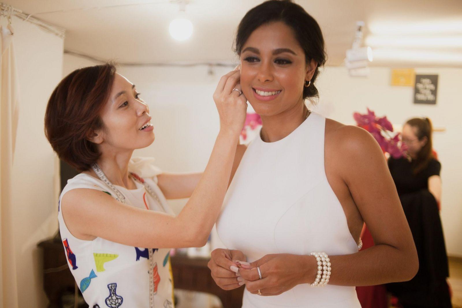 Hình ảnh rạng rỡ của Lisandra Delgado Napoles khi được thử phụ kiện ngọc trai tinh xảo đến từ Le Soleil