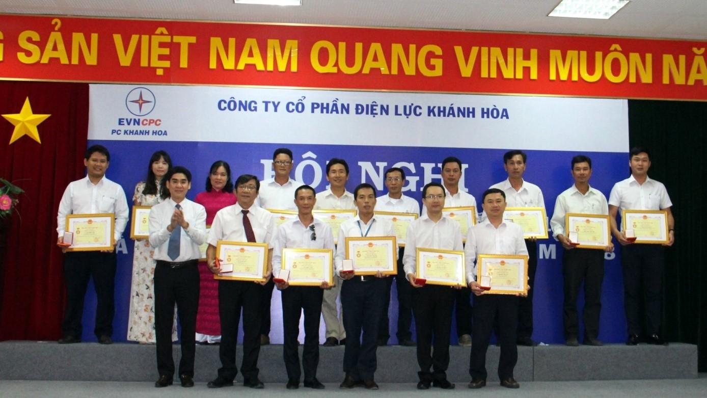Ông Trần Đình Hà PCT Công Đoàn EVNC trao danh hiệu CSTĐ cho các cá nhân