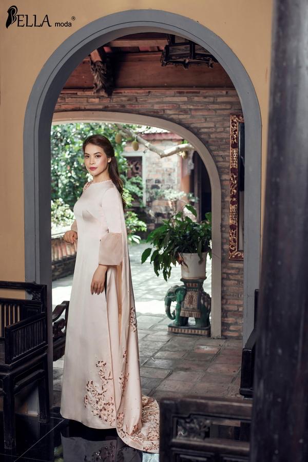 Đơn giản nhưng không kém phần lộng lẫy trong bộ áo dài cách tân tay loe, chất liệu mềm mại buông rủ