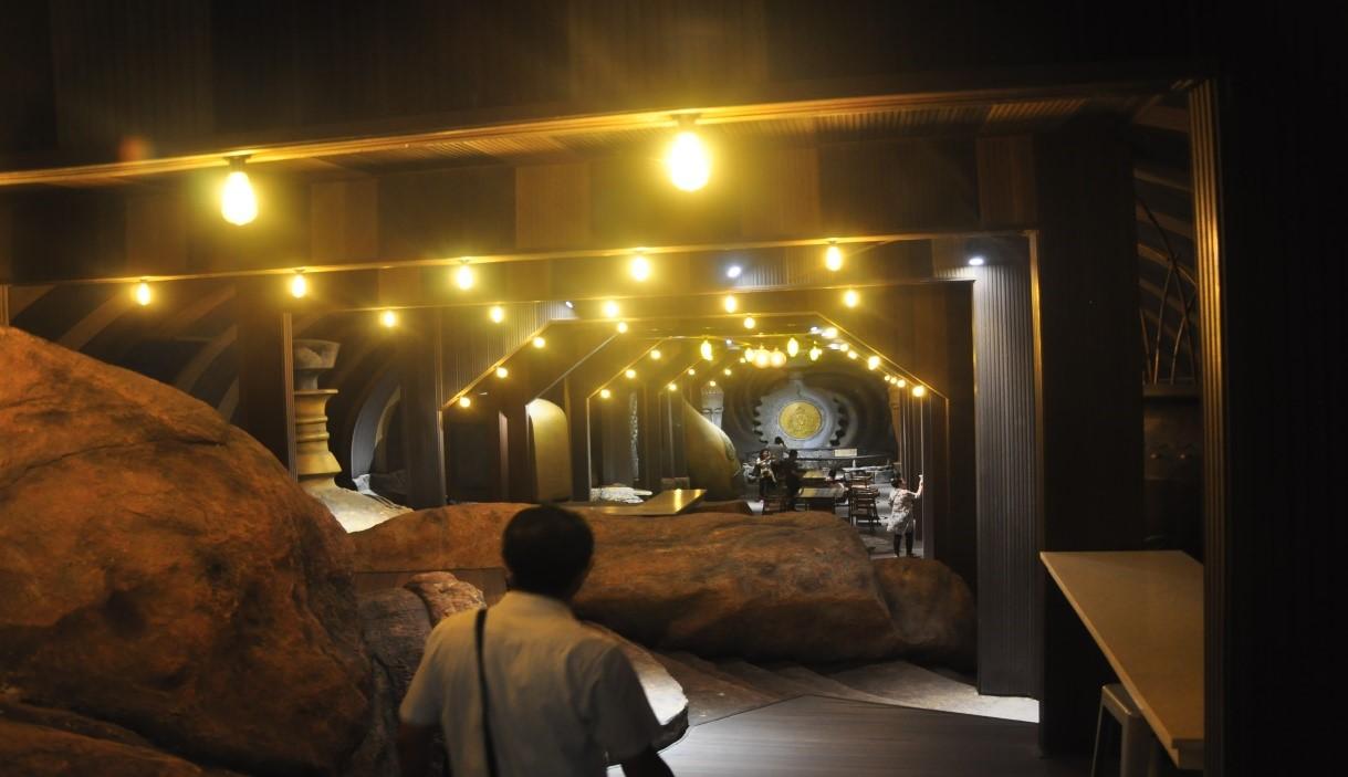 Gian trưng bày các thương hiệu rượu thế giới trong nhà hàng tàu ngầm