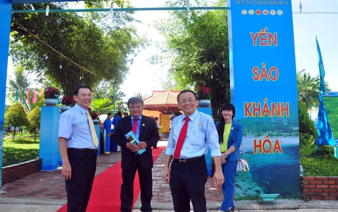 Ban lãnh đạo Công Ty Yến Sào Khánh Hòa dự khai mạc triển lãm