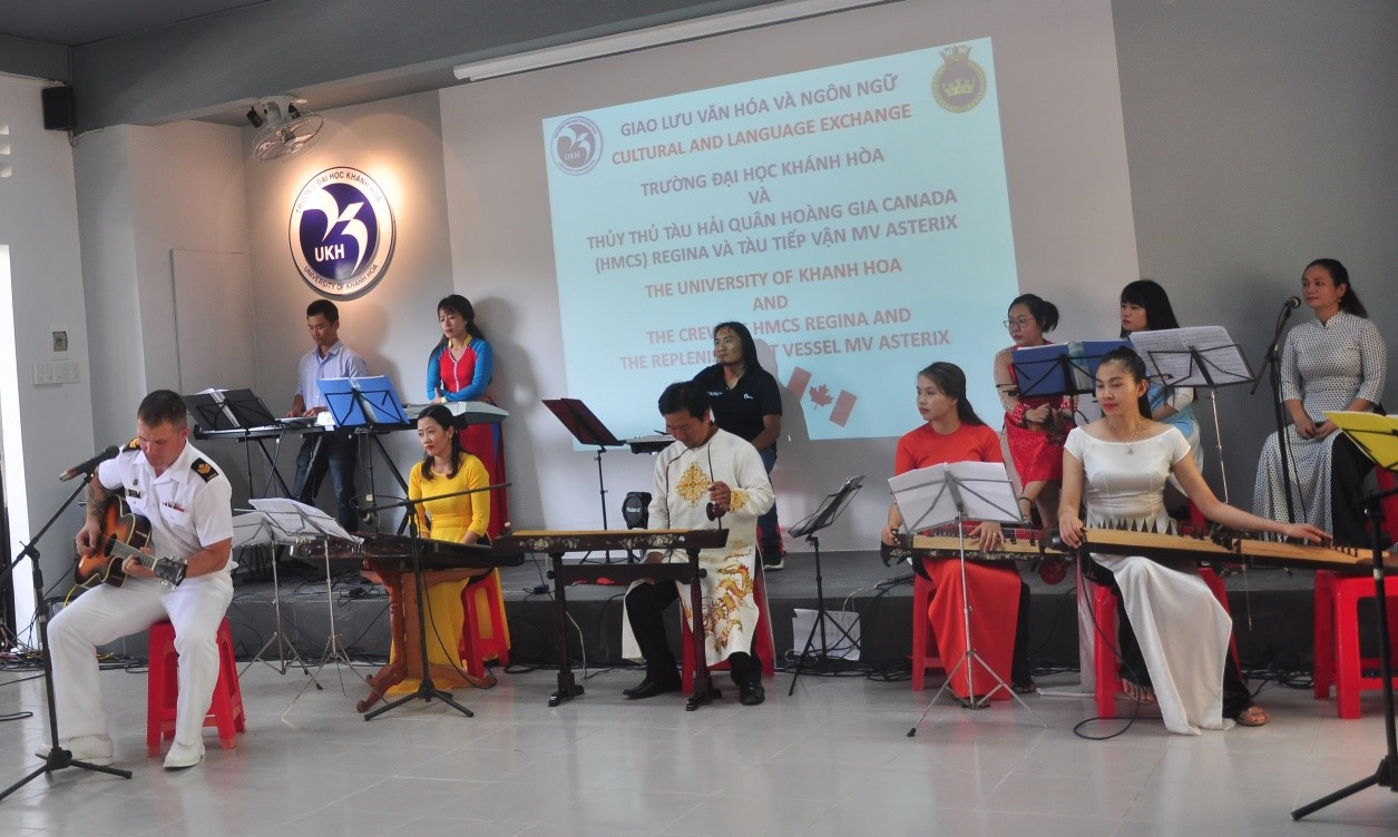 Giao lưu văn hóa và ngôn ngữ với sinh viên Đại Học Khánh Hòa