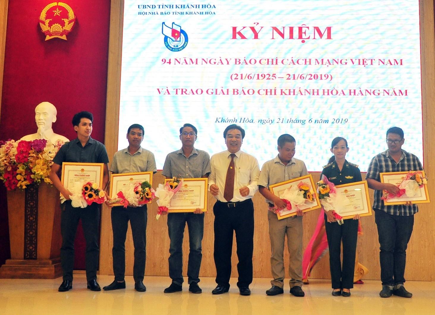 Các tác giả nhận Giải Báo chí Khánh Hòa năm 2019