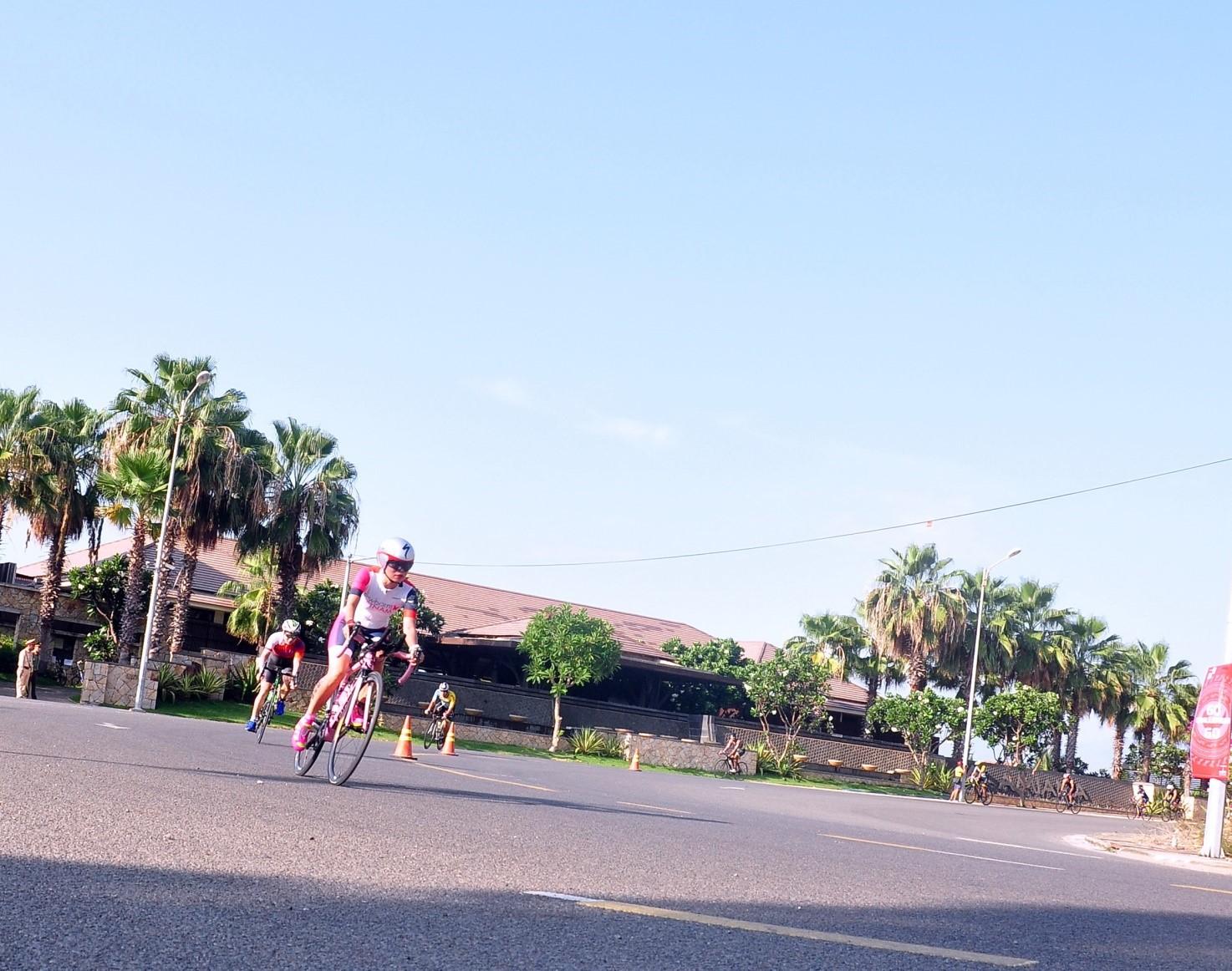 Các VĐV đua xe đạp đang leo đèo, qua khu resort AMIANAđể hoàn thành đường đua 90km