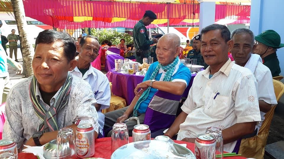 Ông PARA ZĂNG, (giữa) chủ đất tại KOKISOM, nơi các TNXP hy sinh đã cho phép xây dựng nhà tưởng niệm 24 Liệt sĩ TNXP.