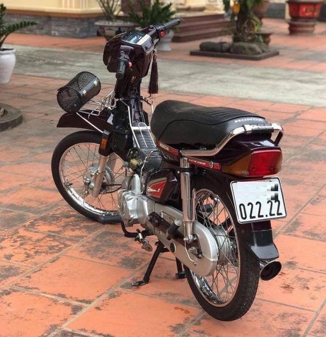 Chiếc Honda Dream Thái đời 2001 biển tứ quý 2 có giá trên 100 triệu đồng.