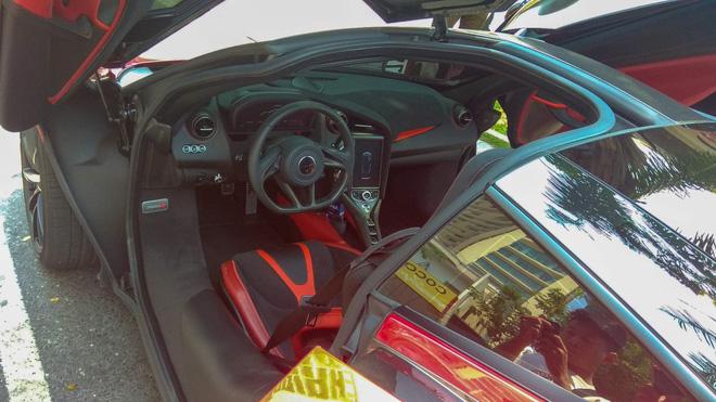 Bộ ghế ngồi bọc da bên trong xe. Ảnh: Phan Phú Tuấn