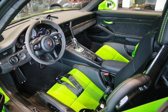 911 GT3 RS sử dụng vô lăng thể thao bọc da lộn Alcantara.