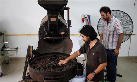 Chiếc máy xay hạt cacao của Marou - Ảnh: plur.is