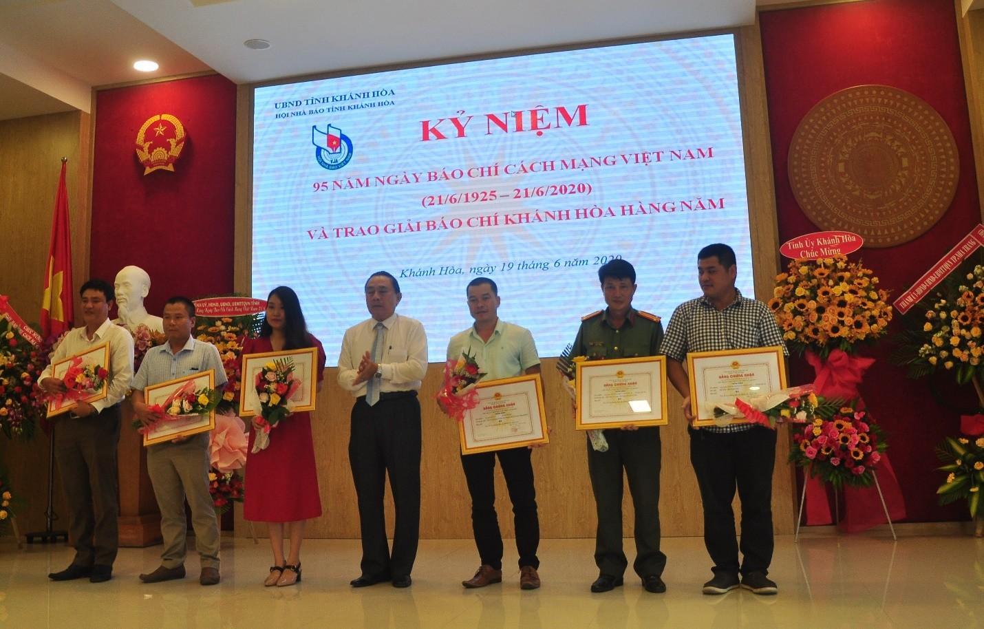 Ông Phạm Duy Lộc, Giám đốc Sở Thông tin và Truyền Thông trao giải các nhà báo đạt Giải Ba