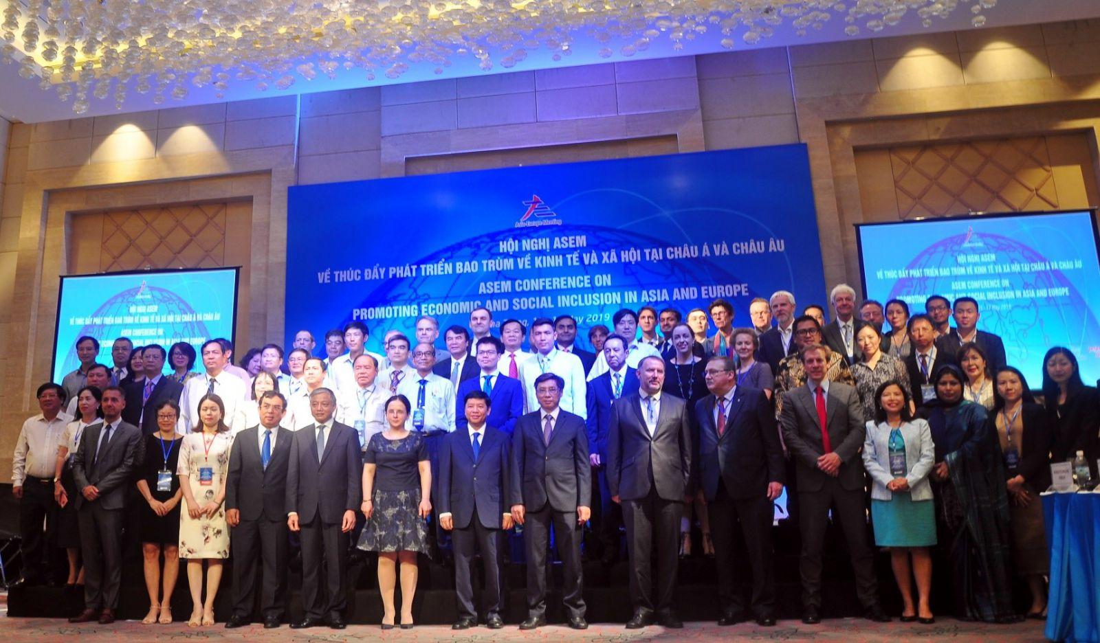 Các đại biểu dự Hội nghị ASEM chụp ảnh lưu niệm